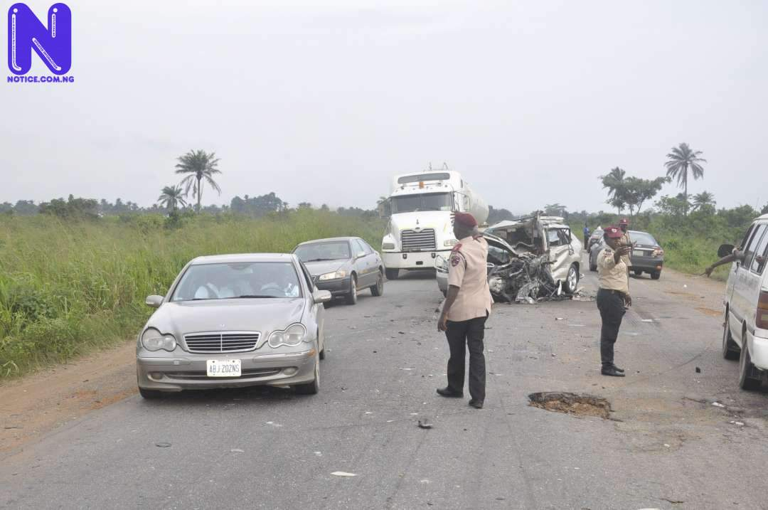 FRSC-OFFICIALS-CONTROLING-TRAFFIC-AT-THE-ACCIDENT-SCENE